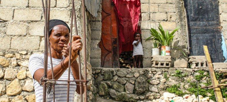 Mujer desplazada de Puerto Príncipe con su nieta