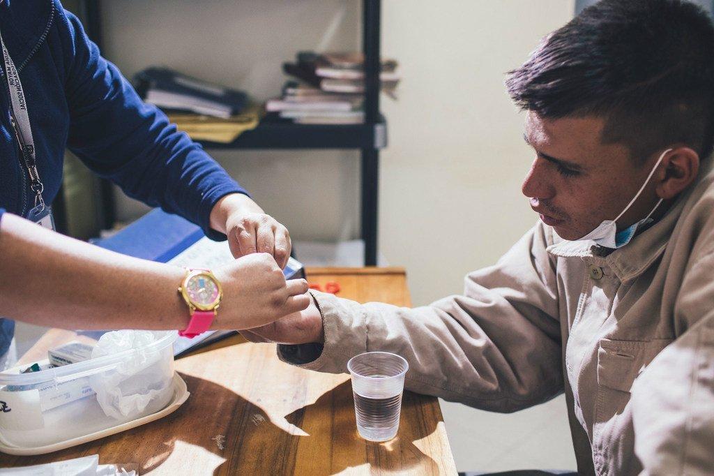 Un paciente recibe tratamiento contra la tuberculosis en Lima.