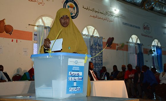 A woman casts her vote for elections in Puntland in 2016 (file)