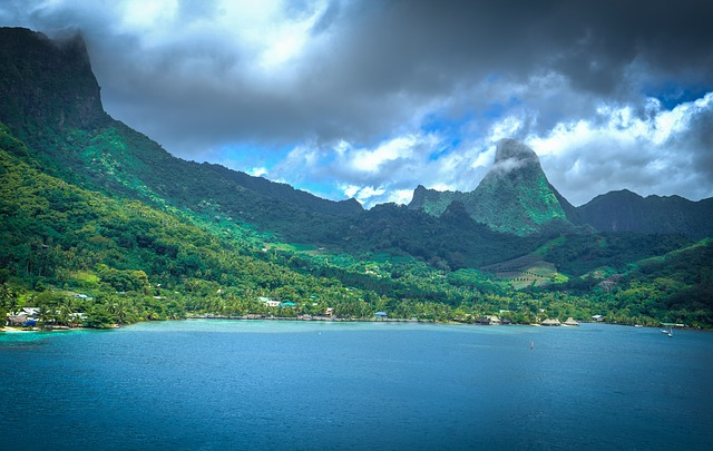 Moorea: Sailing around Tahiti