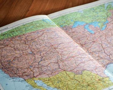 mapa del país en la superficie de madera marrón