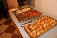 Indisches Buffet: Roti, Samosas, Pakoras