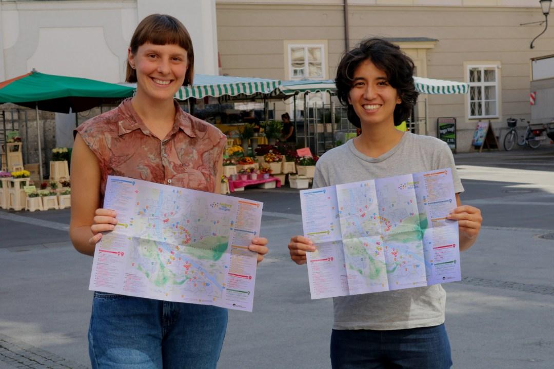 Lisa-Marie Hiebl-Rausch und Maia Loh mit dem Salzburger Kompass