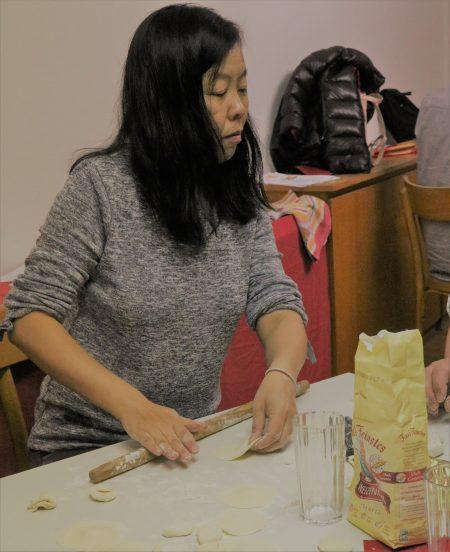 Wei Li beim Ausrollen des Teiges