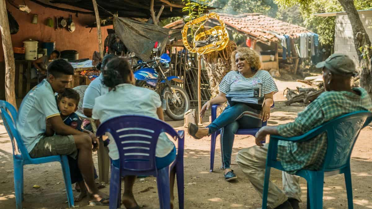 A female lawyer speaks to a group of indigenous peoples in Honduras