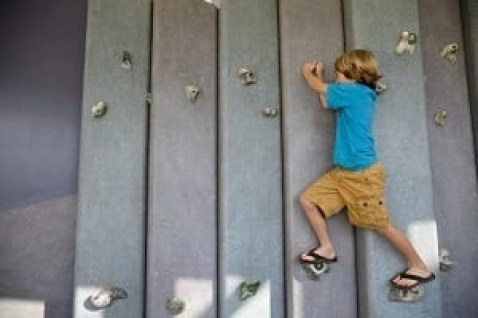 Kid climbing a wall | The Ultimate Guide to Palm Springs | www.GlobalMunchkins.com