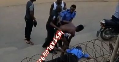 """Drama as policeman """"faints"""" while trying to arrest a suspect in Agege, Lagos (Video)"""