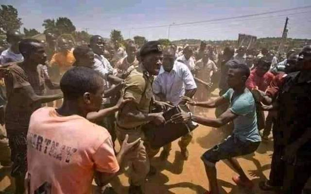 #UgandaDecides2021: Youths stop police from stealing ballot as vote counting begins in Uganda Presidential election