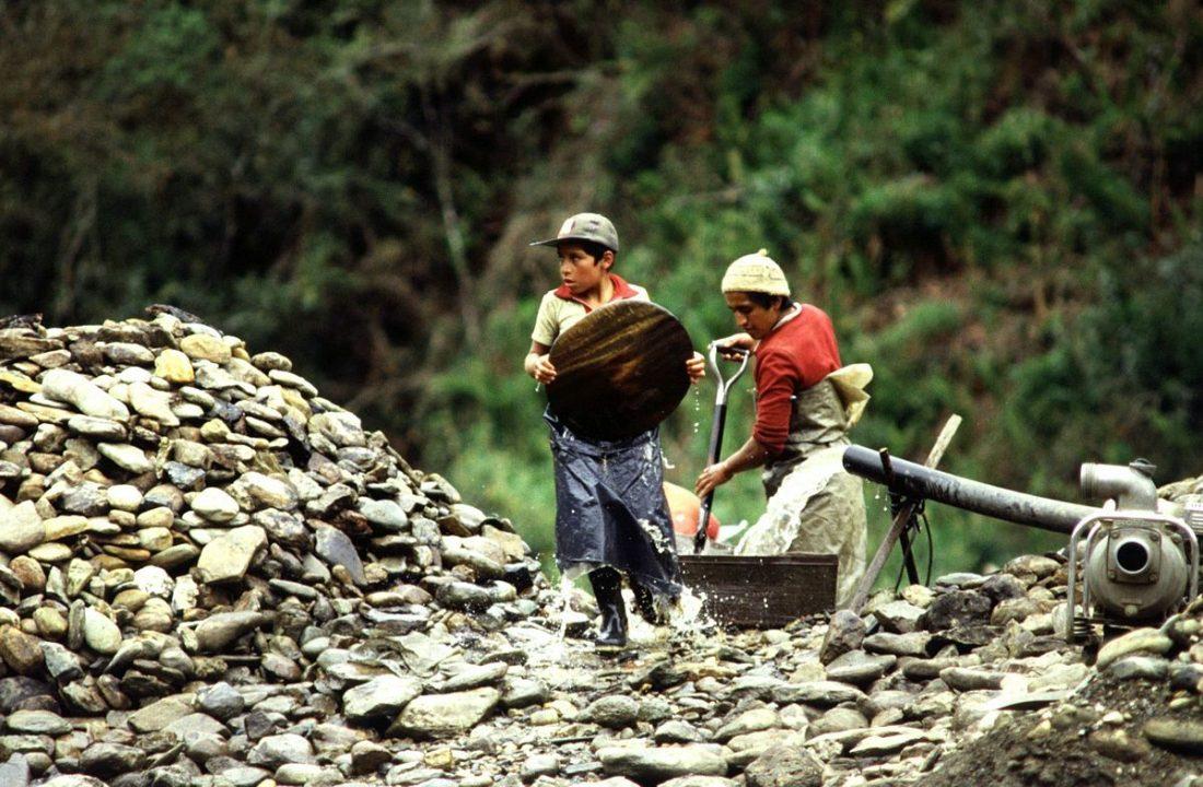 児童労働を行うエクアドルの子どもたち
