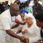(Photonews) Gov. Ikpeazu of Abia State at the burial ceremony of the husband of Senator Nkechi Nwaogu