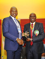 (L-R): Managing Director of The Shell Petroleum Development Company of Nigeria Ltd (SPDC) & Country Chair, Shell companies in Nigeria, Osagie Okunbor receives an award from the President of the Nigerian Association of Petroleum Explorationists (NAPE) Chikwendu Edoziem, in recognition of SPDC's support as lead sponsor of the 33rd NAPE 2015 Pre-conference workshop in Lagos on November 9, 2015.