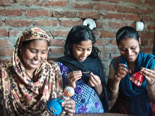 Members of Kabad se Jugad making art from recyclable materials. Photo credit: Rolando Politi.