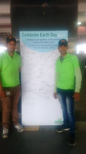 Safai Sena wastepickers getting pledges signed