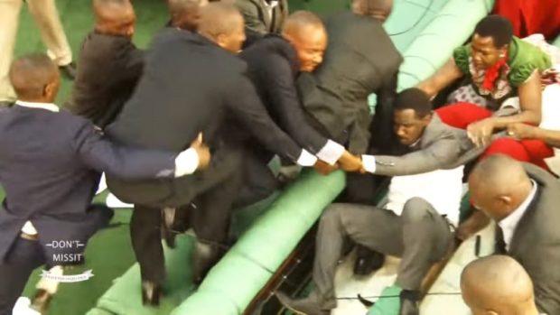 Des députés ougandais se battent. Capture d'écran du programme partagé par la chaîne YouTube officielle de Wolokoso Mu Ouganda.