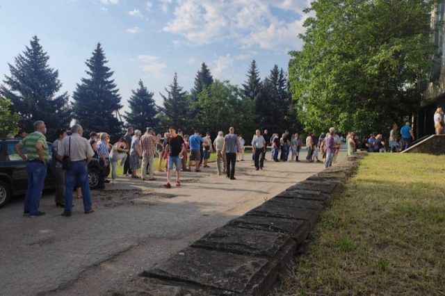 Voters from Transnistria waiting to cast their ballots in the Moldovan elections. Image courtesy of Ziarul de Garda.