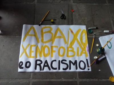 """Une des banderoles de la manifestation disant: """"A bas la xénophobie et le racisme"""". Photo: barricadas Abrem Caminhos / Facebook"""