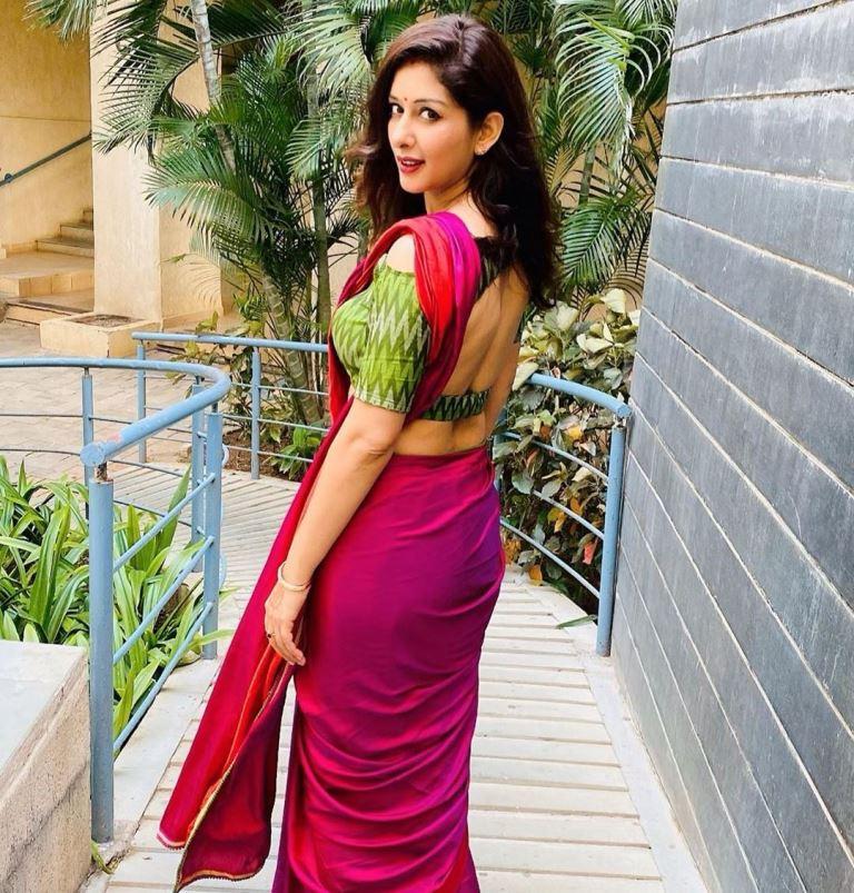 Sameksha Singh in Saree