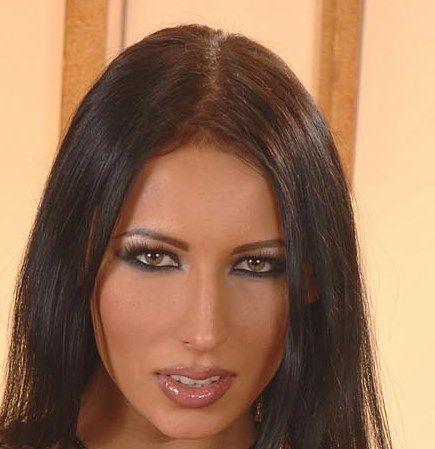Laura Honey (Loretta)