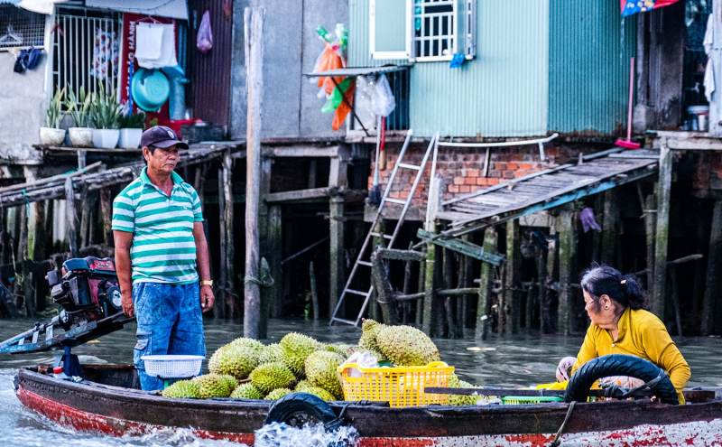 Bateau avec fruits au marché flottant de Can Tho dans le delta du Mékong