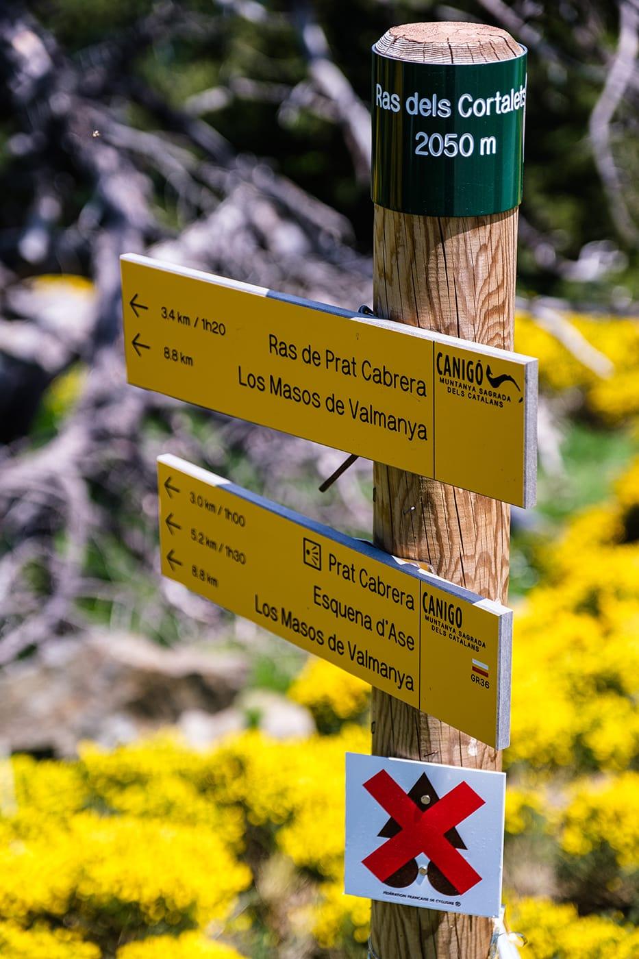 panneau indication randonnée pic du canigou par les cortalets