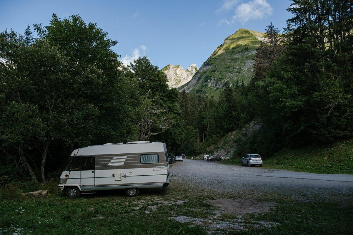 Camping-car garé au parking des Sardoches