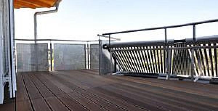 Instalacja kolektorów próżniowych na balkonie