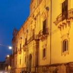 Rue illuminée de Noto à l'heure bleue