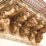 Balcons à Noto, soutenus par des sculptures très éléborées