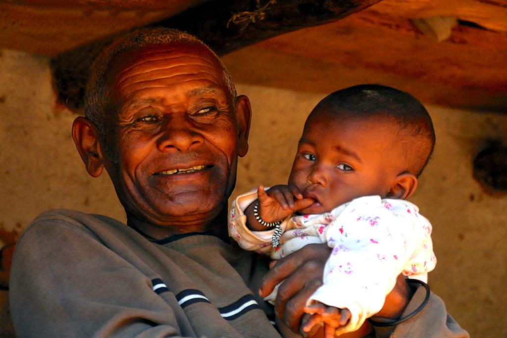 Madagascar - village de Tsaranoro, un grand-père nous réclame la photo du son petit-fils dont il semble très fier