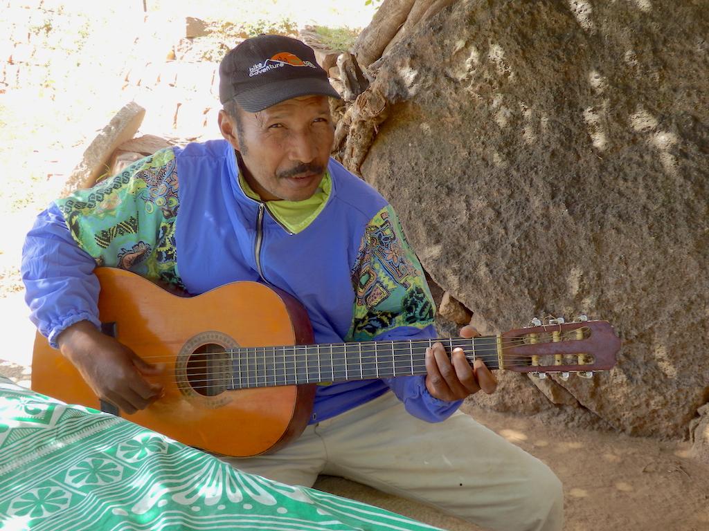 Madagascar - Vallée de Tsaranoro, pique-nique en musique avec Jean-Paul du camp Catta et Séraphine
