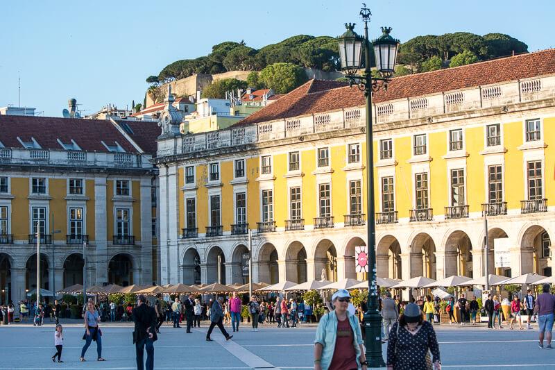 Lisbonne - Place du commerce et château Saint Georges