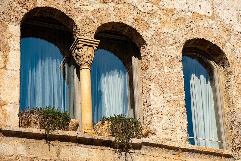 Saint Guilhem le désert, détail d'une fenêtre dans la rue principale