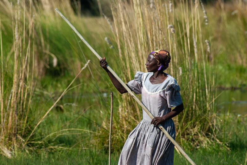 Afrique australe, Botswana - Conductrice de mokoro dans le delta de l'Okavango