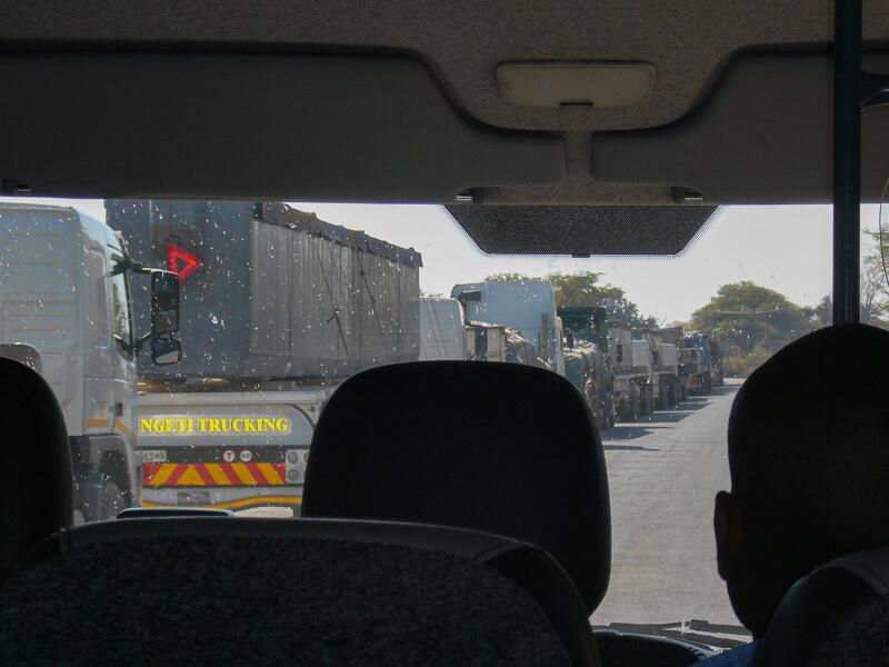 Afrique australe - Frontière Botswana Zambie, on remonte une très longue file de camions