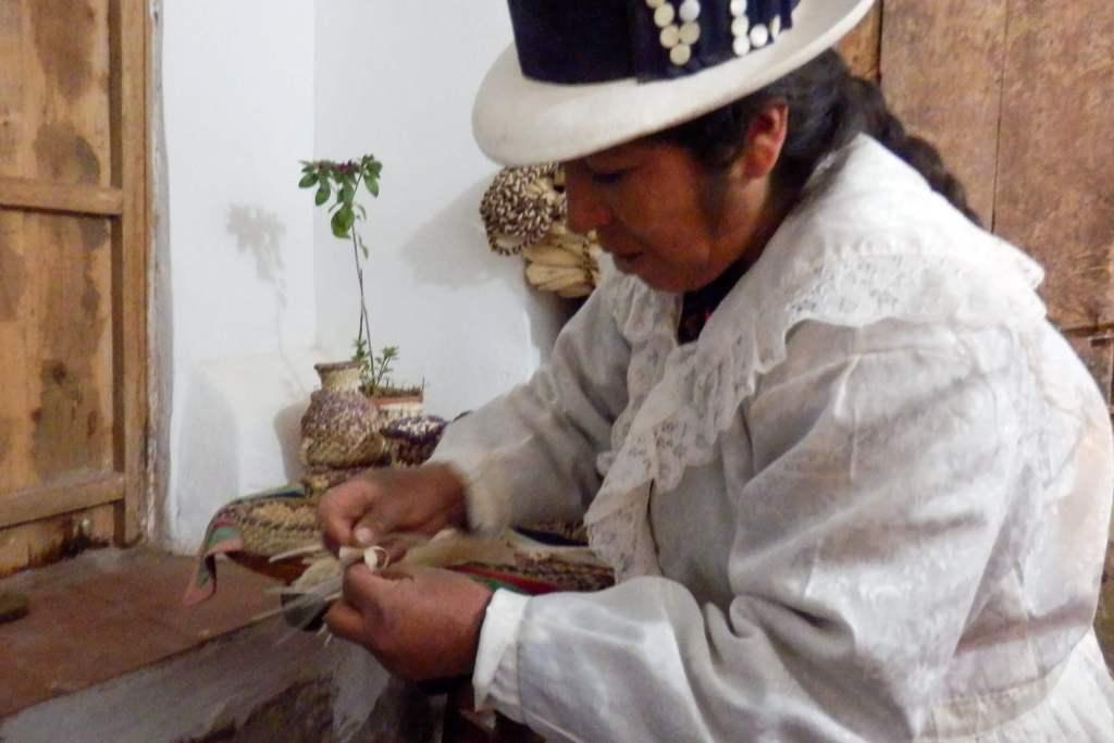 Pérou, Vallée sacrée - Maras,chez nos hôtes, atelier de tressage de feuilles de maïs