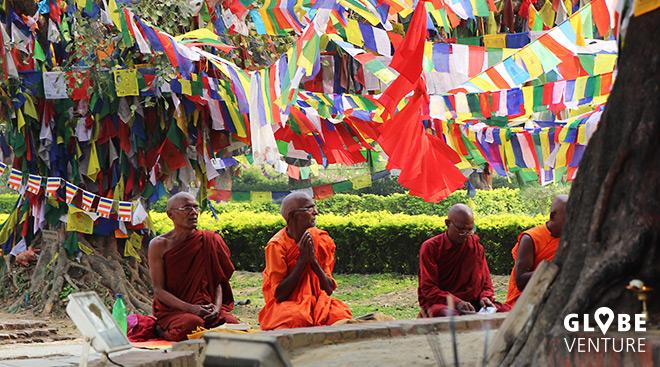 Bodhi Baum Lumbini - Gebetsfahnen - Mönche - Mantra singen