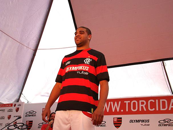 Adriano divulga novo uniforme em desfile