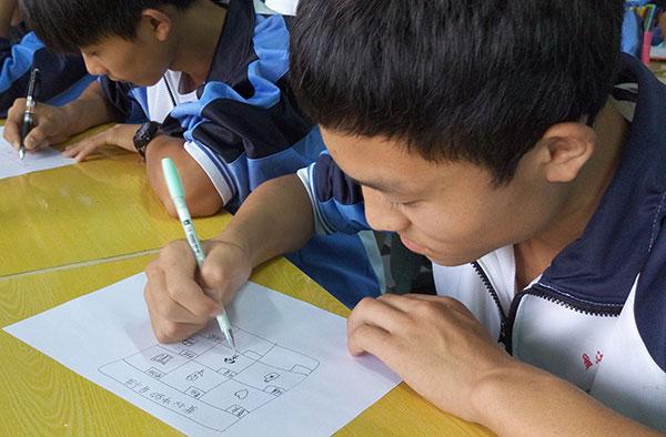 A student writes down keywords describing his perfect life partner during a class for a pilot project at Yingjiang No 3 High School in Yingjiang county, Yunnan province, on June 22. YANG WANLI/CHINA DAILY