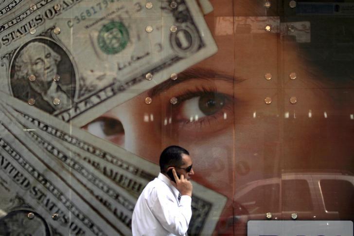 © Reuters. U.S. dollar gains ahead of data deluge