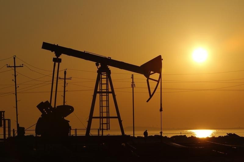 © Reuters.  NYMEX crude weaker in Asia on profit taking