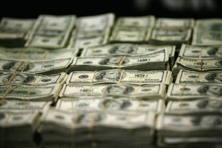 © Reuters.  Dollar holds onto losses as U.S. data weighs