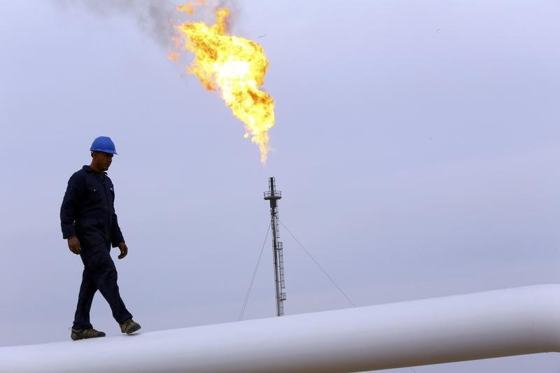 © Reuters.  NYMEX crude rebounds in Asia