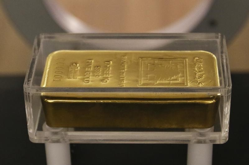 © Reuters.  Gold drops from 3-week high as China move lifts dollar