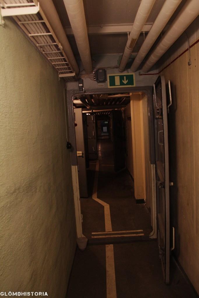 För att komma in i kammare 14 som agerade stabsplatsen så var man tvungen att passera ett antal gasdörrar som skulle säkra personalen innanför från eventuella attacker.