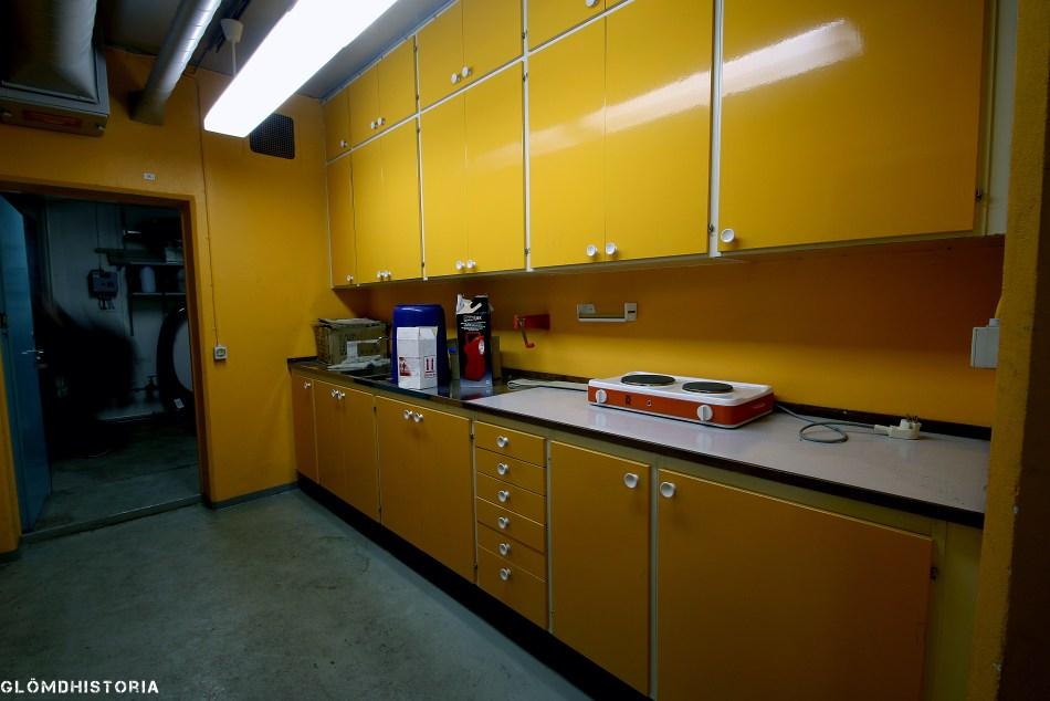 Köket med sin typiska 70-tals färg. I skåpen finns fortfarande artiklar kvar obrutna i sin förpackning.