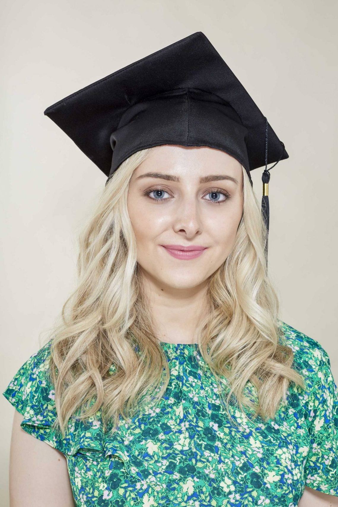 10 Top Graduation Hairstyles To Wear With Your Cap 10+ Adorable Graduation Hairstyles For Medium Length Hair With Cap