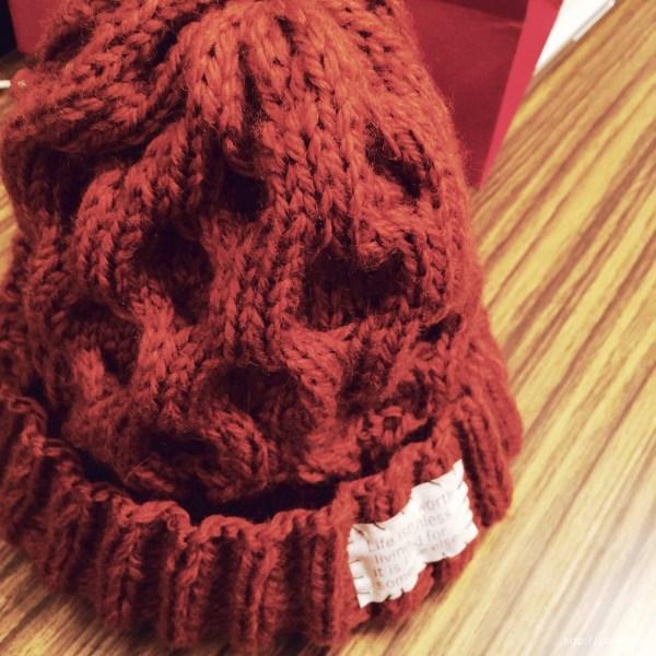 ハニカム模様のニット帽。