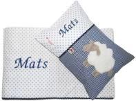 Klicken Sie hier um zu unserem Baby Bettset Schaf bestehend aus Baby Kuscheldecke und Namenskissen zu gelangen
