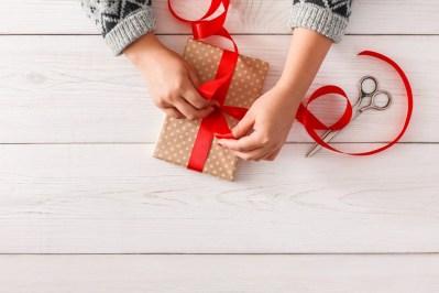 Geschenkverpackung mit roter Schleife