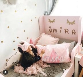 Maedchen in Kinderbett mit Namenskissen Amira